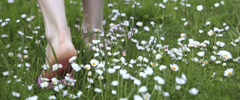 Marchez pieds nus pour stimuler votre organisme