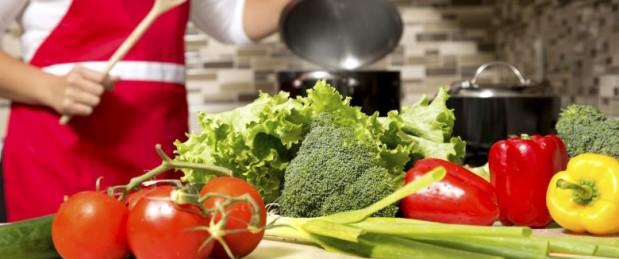Femme cuisine des légumes