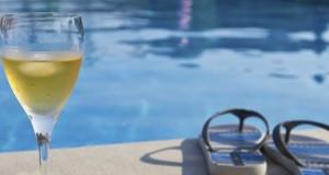 Vidéo : boire de l'alcool et nager, une très mauvaise idée