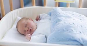 Mort subite du nourrisson : dormir dans la même chambre réduit les risques