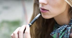 Les ados testent la cigarette électronique plus qu'ils ne l'adoptent