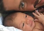 Vidéo buzz : un papa endort son bébé grâce à un exercice de yoga