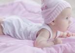 Bébé dort sur le dos, mais doit jouer sur le ventre